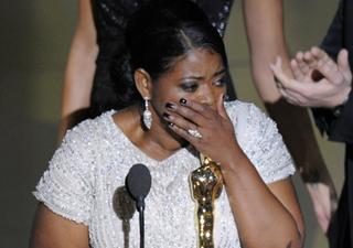 Octavia Spencer se emociona ao receber a estatueta de melhor atriz coadjuvante por seu papel em 'Histórias cruzadas'. (Foto: Mark J. Terrill/AP)