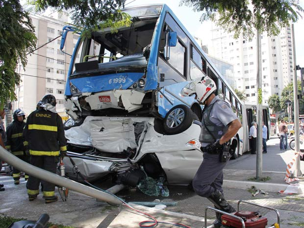 Ônibus fica em cima de carro em acidente na Zona Sul de SP (Foto: Diogo Moreira/Futura Press)