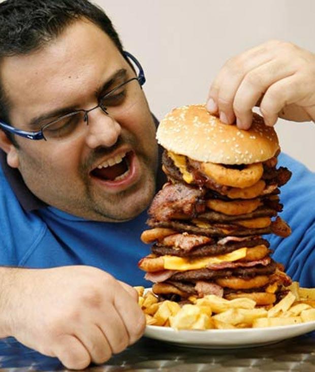 No ano passado, o restaurante 'Jolly Fryer', em Bristol, no Reino Unido, criou um hambúrguer de 5 mil calorias. O prato gorduroso conta com oito hambúrgueres de carne e 16 fatias de queijo, além de outros ingredientes. (Foto: Reprodução)
