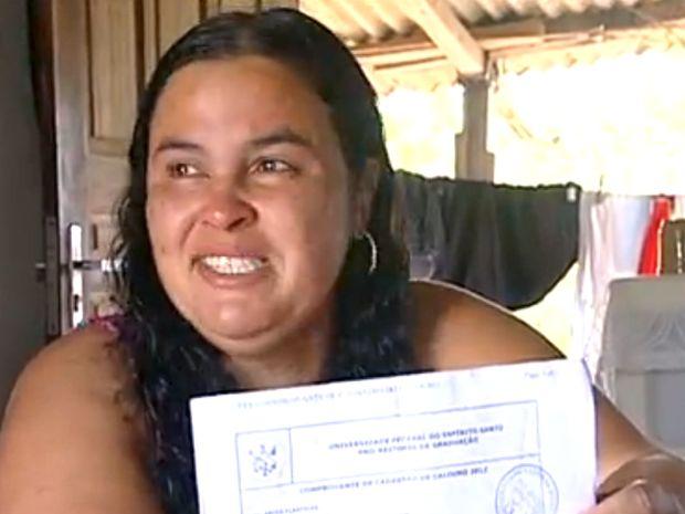 """""""Quando fui assinar minha matrícula eu tremia"""", disse Ercília. (Foto: Reprodução/ TV Gazeta)"""
