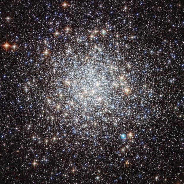 Imagem do telescópio espacial Hubble mostra o aglomerado estelar Messier 9, que fica perto do centro da nossa galáxia. Os cientistas acreditam que as estrelas ali estão entre as mais antigas da Via Láctea, cerca de duas vezes mais velhas que nosso Sol. (Foto: NASA/ESA)