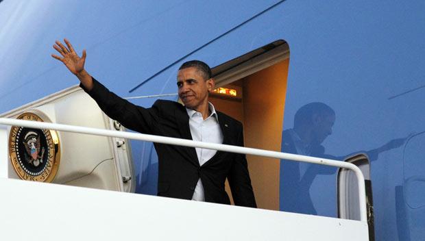 O presidente dos EUA, Barack Obama, acena ao chegar a Roswll, no Novo México, na quarta-feira (21) (Foto: AP)