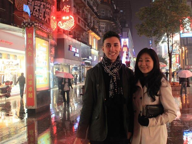 Ian, 20, e Tatiana, 22, estão há seis meses na Universidade de Hubei estudando mandarim  (Foto: Ian Nicholas/Aquivo Pessoal)