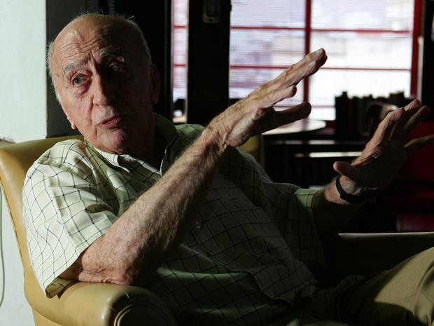 O escritor Millôr Fernandes durante entrevista em seu escritório, em Ipanema, na zona sul do Rio de Janeiro (Foto: Marcos de Paula / AE)