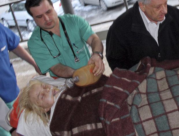 Oksana Makar é socorrida em hospital de Mykolayiv, no sul da Ucrânia, em 16 de março (Foto: Reuters)