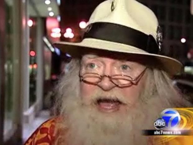 Em dezembro de 2010, o norte-americano John Toomey, que trabalhava havia 20 anos como Papai Noel na loja de departamentos Macy's em San Francisco (EUA), foi demitido porque teria feito uma piada de mau gosto. (Foto: Reprodução)