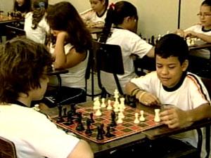 Alunos aprendem xadrez e desenvolvem outras habilidades (Foto: Reprodução/TV Integração)