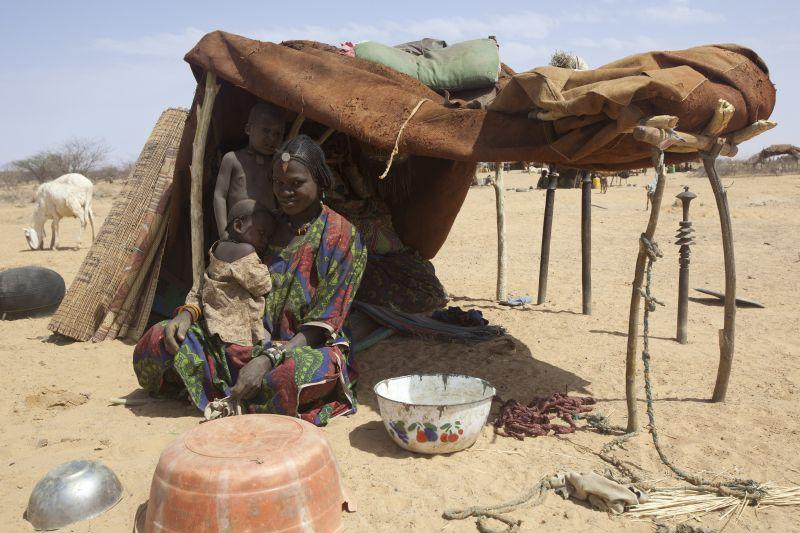 Aqui, uma refugiada malinesa mostra sua tenda, na aldeia nigerina de Gaoudel, para onde fugiu com seus dois filhos. (Foto: UNHCR/BBC)