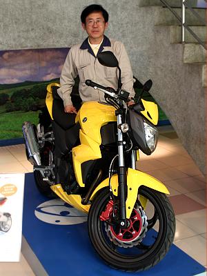 Henry Chiu com a T2, versão da Next 250 vendida em Taiwan. Modelo servirá de base para as motos de mairo cilindrada (Foto: Rafael Miotto/ G1)