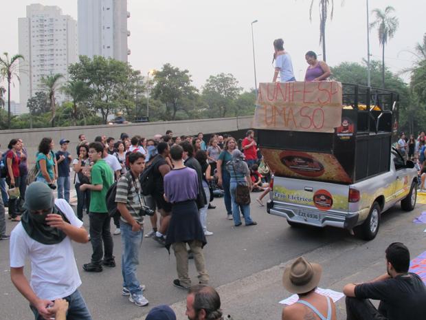 Alunos da Unifesp durante protesto na Zona Sul de SP (Foto: Rafael Sampaio/G1)