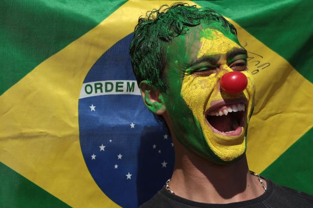 Jovem pintou o rosto para participar de marcha contra a corrupção em Brasília neste sábado (21) (Foto: Eraldo Peres/AP)