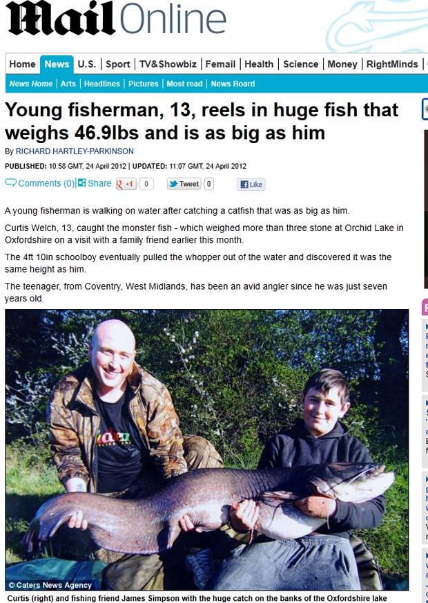 Curtis Welch, de 13 anos, pescou um peixe-gato do mesmo tamanho do que ele. (Foto: Reprodução/Daily Mail)
