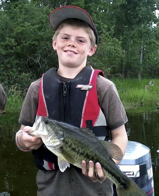 Em 2011, o garoto americano Garrett Frost teria fisgado o achigã mais velho do estado de Montana (EUA). O mesmo peixe havia sido fisgado em 1997 e contava com uma marca de identificação, segundo o departamento de vida selvagem do estado.  O biólogo Mark Deleray acreditava que o peixe tivesse 19 anos de idade, pois, em 1997, quando foi capturado pela primeira vez, a estimativa era que tivesse 5 anos. (Foto: AP)