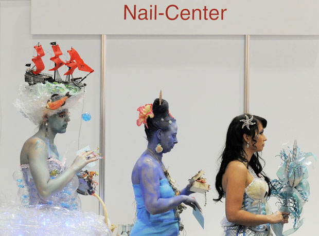 Modelos aguardam para exibir as unhas aos juízes (Foto: Jens Meyer/AP)