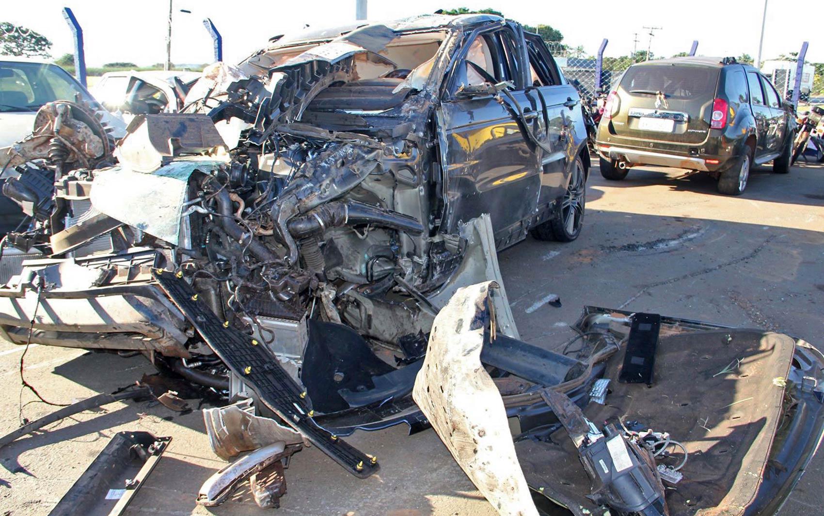 Carro do cantor Cristiano Araújo, um Range Rover, foi levado destruído para pátio da Polícia Rodoviária Federal em Goiás após o acidente que tirou a vida do cantor e da namorada dele, Allana Moraes, na BR-153