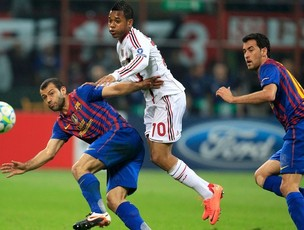 Robinho disputa jogada com jogador do Barcelona no primeiro jogo das quartas de finais (Foto: Reuters / Reprodução: Globoesporte.com)