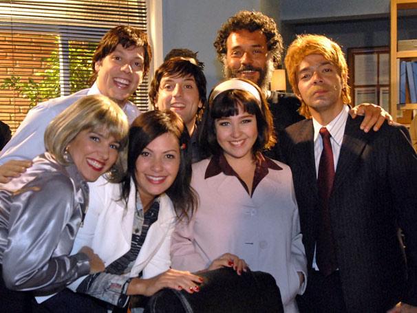 Elenco posa para foto ao lado do diretor Luis Felipe Sá