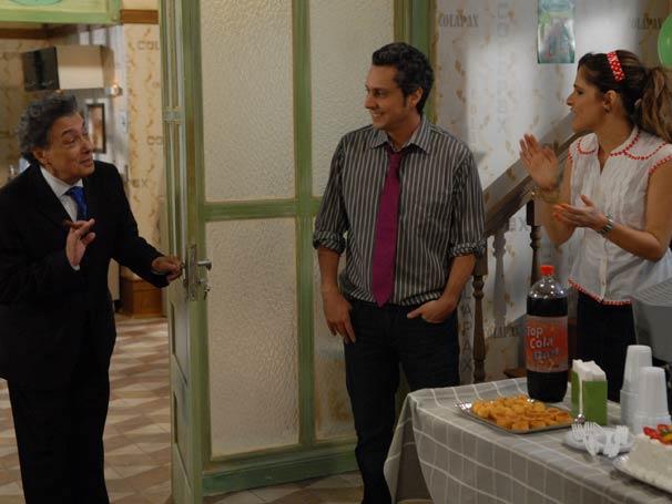 Guilherme (Pedro Paulo Rangel), novo chefe, se apresenta e pergunta quantos funcionários há na empresa.