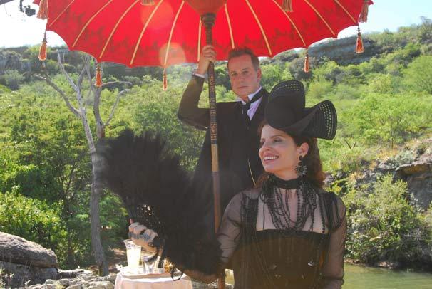 Úrsula (Debora Bloch) tenta amenizar o calor do sertão com a ajuda do mordomo e amante Nicolau (Luiz Fernando Guimarães) (Foto: TV Globo/Zé Paulo Cardeal)