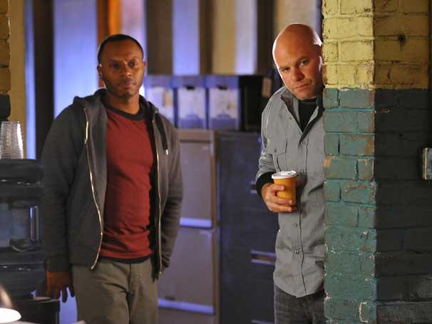 Agentes Fora da Lei - Shea percebe que Ray tem uma queda por Julianne (Foto: Divulgação)