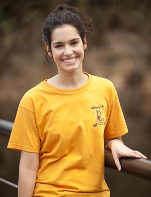 Maria Flor é Shirley, uma menina romântica que sonha em encontrar o grande amor (Foto: Ique Esteves/ TV Globo)