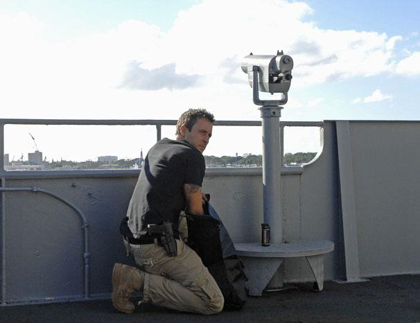 Steve precisa salvar reféns mantidos por ex-oficial da Marinha (Foto: Divulgação/ CBS)