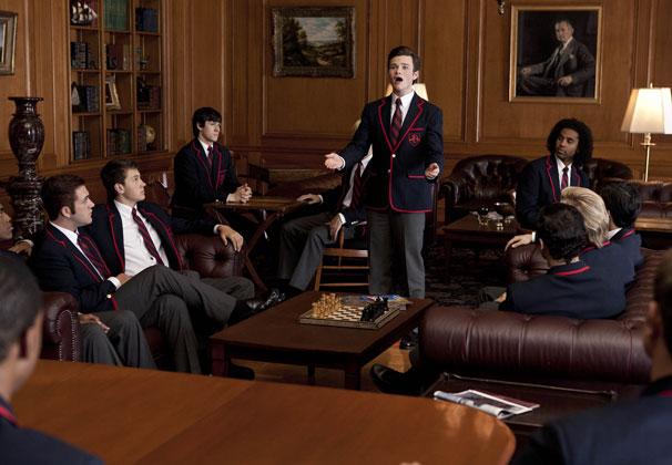E Kurt tenta encontrar seu espaço no coral da nova escola (Foto: Divulgação)