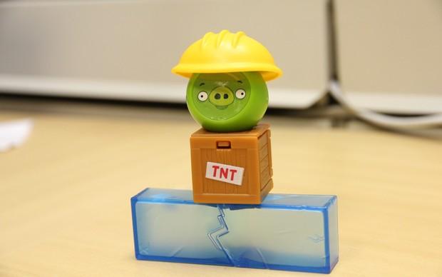 """Angry Birds No Gelo possui uma """"bomba"""" TNT, assim como a versão virtual (Foto: TechTudo)"""