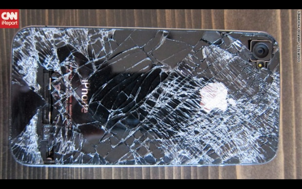 iPhone 4 todo quebrado após grande queda (Foto: CNN)