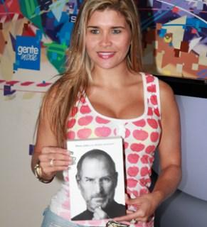 Mulher Maçã posa com a biografia de Steve Jobs (Foto: TechTudo)
