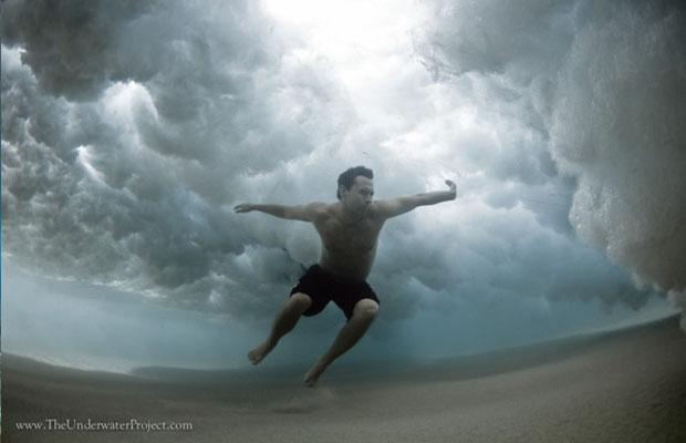 Rapaz embaixo d'água em praia de Sydney (Foto: Reprodução/ Mark Tipple)
