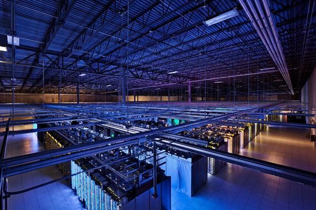 Imagem do interior de um dos centros de dados do Google (Foto: Divulgação/Google)