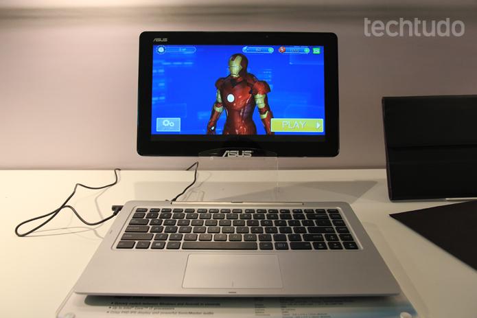 É possível assistir filmes e jogar videogames com a tela de 13,3 polegadas da máquina