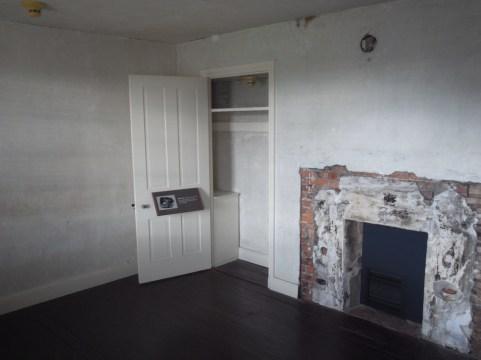 ポーの部屋。粗末な暖炉がある。