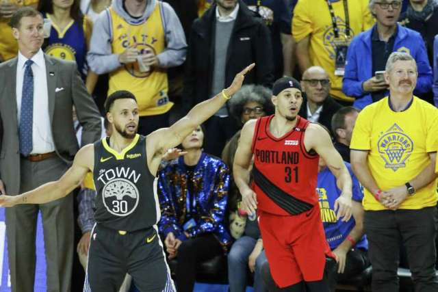 Portland Trail Blazers' Seth Curry and Golden State Warriors' Stephen Curry watch Curry's three-pointer in the fourth quarter during game 2 of the Western Conference Finals between the Golden State Warriors and the Portland Trail Blazers at Oracle Arena on Thursday, May 16, 2019 in Oakland, Calif. Photo: Scott Strazzante / The Chronicle / online_yes