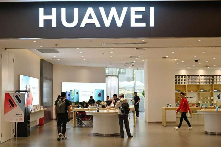 Customers Browsing at a HUAWEI store in a Shopping mall in Zanhae. The 's Revenue Leapt by 23% in the first One-One-One-One-Halves of the Megaannus. Photo: Hektor Retamal / AFP / Getty