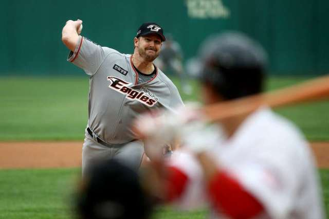 INCHEON, SOUTH KOREA - MAY 05: (EDITORIAL USE ONLY) Pitcher Warwick Saupold of Hanwha Eagles throws during the Korean Baseball Organization (KBO) League opening game between SK Wyverns and Hanwha Eagles at the empty SK Happy Dream Ballpark on May 05, 2020 in Incheon, South Korea. Photo: Chung Sung-Jun, Getty Images