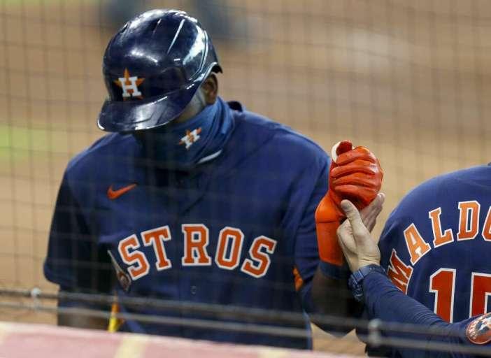 El bateador designado de los Astros de Houston, Yordan Alvarez (44), ingresa al dugout luego de anotar contra los Marineros de Seattle durante la segunda entrada de un juego de la MLB en el Minute Maid Park el sábado 15 de agosto de 2020 en Houston.