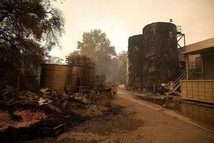 يتم حرق خزانات التخمير خلف مبنى الشحن والاستلام أثناء حريق الزجاج في Sterling Vineyards في كاليستوجا ، كاليفورنيا صباح يوم الاثنين ، 28 سبتمبر ، 2020.