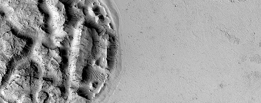 Mars orbiter photographs big 'wart' and other mysterious