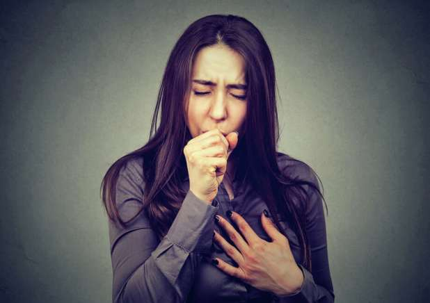 When a person has an active infection, symptoms such as coughing and chest pain begin to appear. Photo: SIphotography/Getty Images/iStockphoto