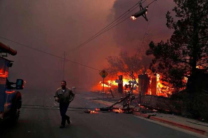 Ein PG & E-Mitarbeiter läuft am Donnerstag, dem 8. November 2018, während Camp Fire in Paradise, Kalifornien, umgekommene Stromleitungen. Foto: Scott Strazzante / The Chronicle