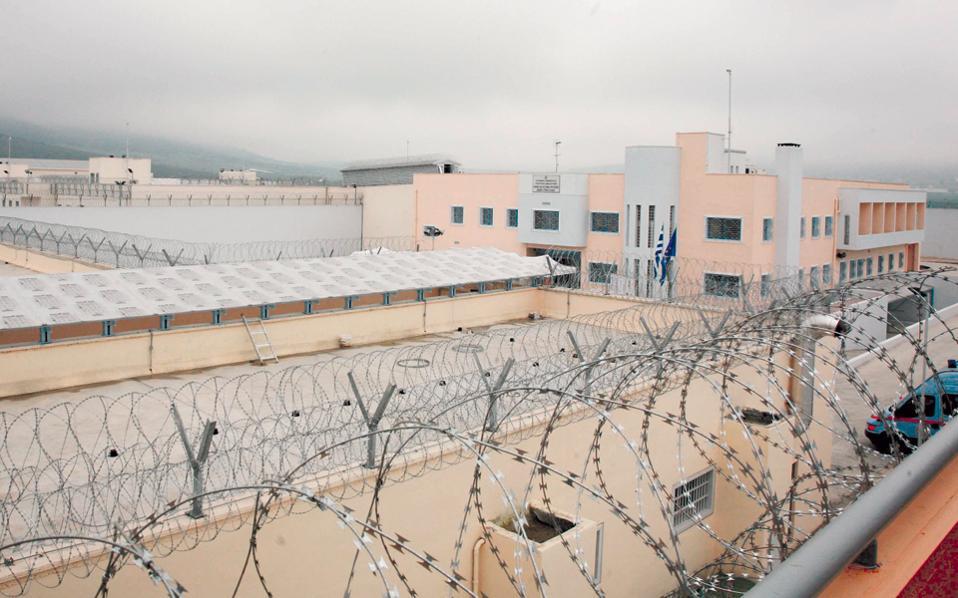 Στο σωφρονιστικό κατάστημα Δομοκού έχουν τοποθετηθεί συρματοπλέγματα στον χώρο προαυλισμού, ενώ πλέον υπάρχουν και αλεξίσφαιρα τζάμια στις σκοπιές στην περίμετρο της φυλακής.