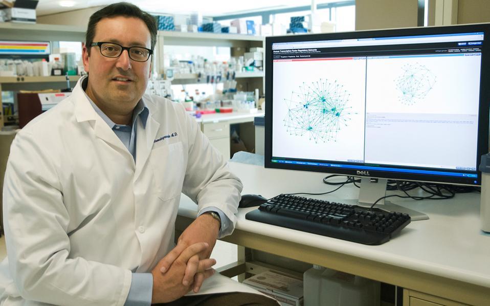 «Αυτό που ανακαλύψαμε είναι ότι ο γενετικός κώδικας δεν διαβάζεται με έναν, αλλά με δύο τρόπους», λέει στην «Κ» ο καθηγητής Γενετικής και Ιατρικής στο Πανεπιστήμιο της Ουάσιγκτον, Ιωάννης (John) Σταματογιαννόπουλος.