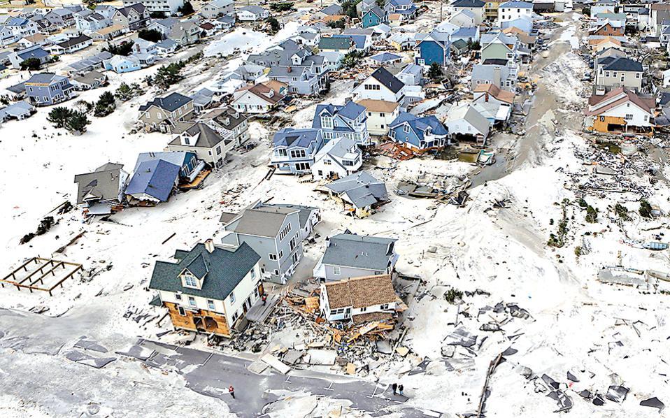 Φωτογραφία αρχείου από τις ζημιές που είχε προξενήσει ο τυφώνας Σάντι σε παράκτιες περιοχές του Νιου Τζέρσεϊ των Ηνωμένων Πολιτειών το 2012. Η τελευταία έκθεση του ΟΗΕ που δόθηκε στη δημοσιότητα για το φαινόμενο του θερμοκηπίου προειδοποιεί ότι οι κίνδυνοι δεν αφορούν μόνο τις παράκτιες περιοχές αλλά και συνολικά τη διατροφική ασφάλεια του πλανήτη, λόγω της μεγάλης ευαισθησίας των καλλιεργειών στις διακυμάνσεις της θερμοκρασίας και της υγρασίας.