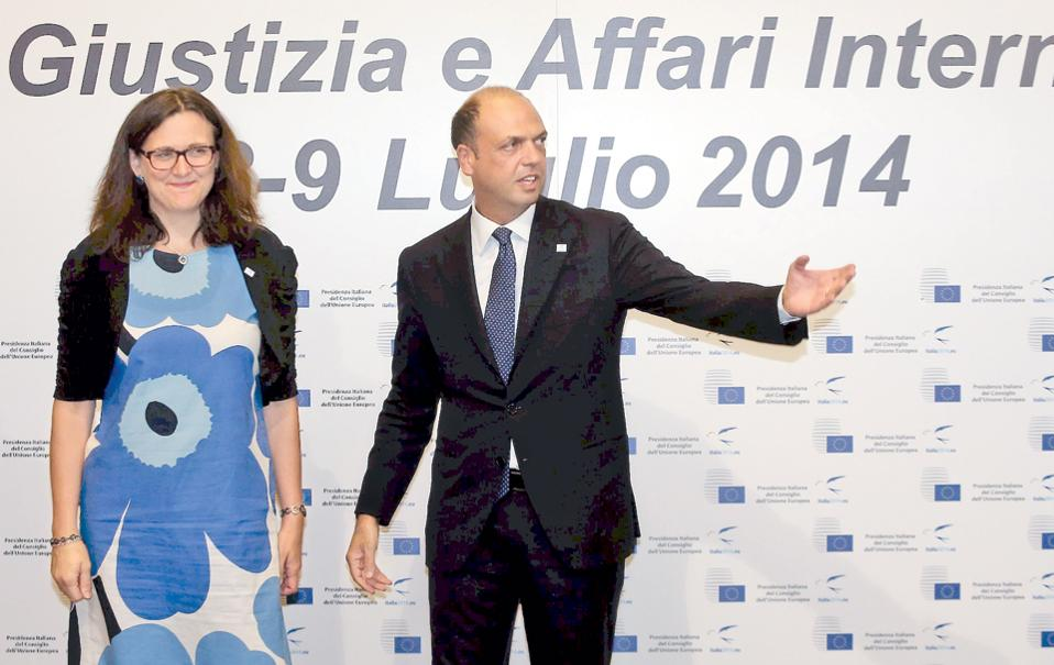 Ο Ιταλός υπουργός Εσωτερικών Αντζελίνο Αλφάνο συνομιλεί με την επίτροπο Εσωτερικών Υποθέσεων Σεσίλια Μάλμστρομ, στη διάρκεια της χθεσινής συνόδου στο Μιλάνο.
