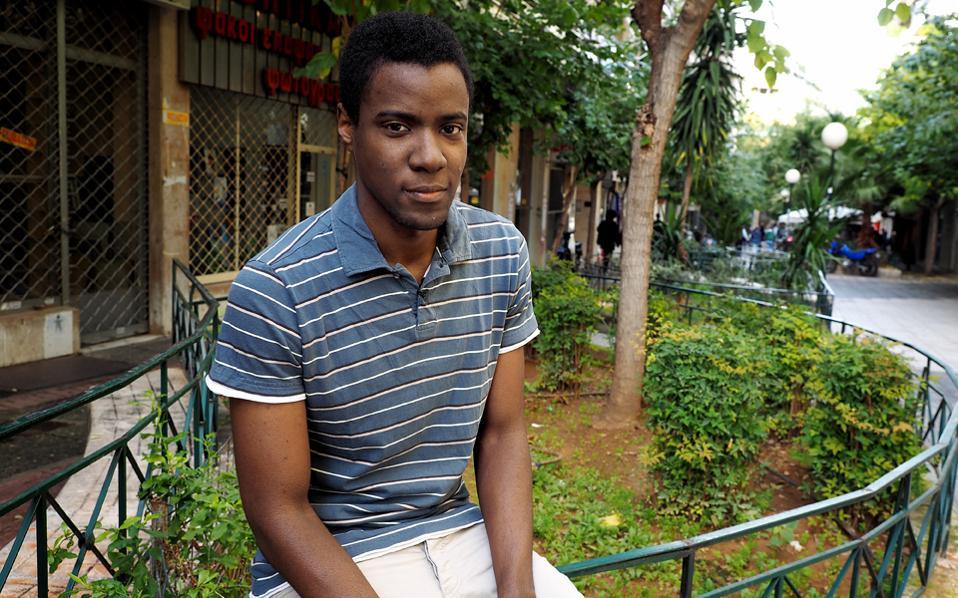 «Νιώθω Έλληνας», λέει ο Σέργιος Καγκιέμα. Γεννήθηκε στην Αθήνα πριν από 27 χρόνια, φοίτησε σε ελληνικά σχολεία και σε πανεπιστήμιο και περιμένει με την ψήφιση του νέου νόμου να αποκτήσει την ελληνική ιθαγένεια.