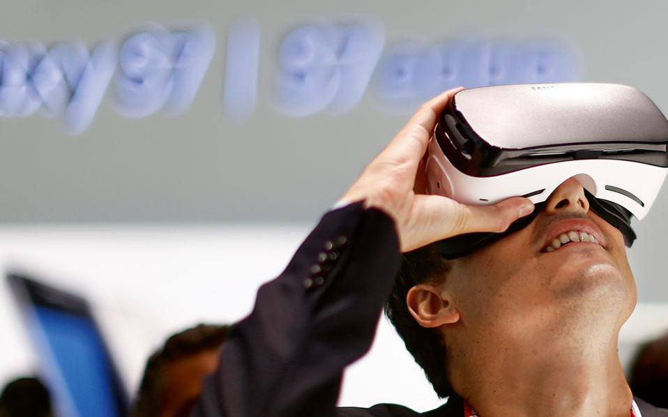 Στα περίπτερα όπου δινόταν η ευκαιρία δοκιμής νέων συσκευών εικονικής πραγματικότητας δεν έπεφτε καρφίτσα!