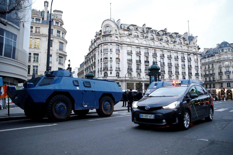 "an-armoured Η Γαλλία βρίσκεται σήμερα σε ""εμπόλεμη"" κατάσταση - Μαίνονται οι συγκρούσεις"