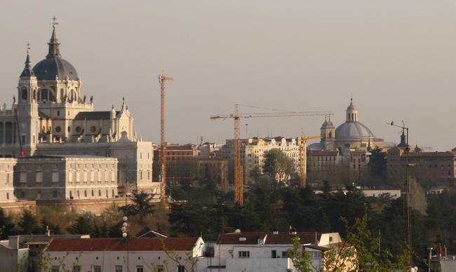 Grúas de una constructora junto a la Catedral de la Almudena en Madrid